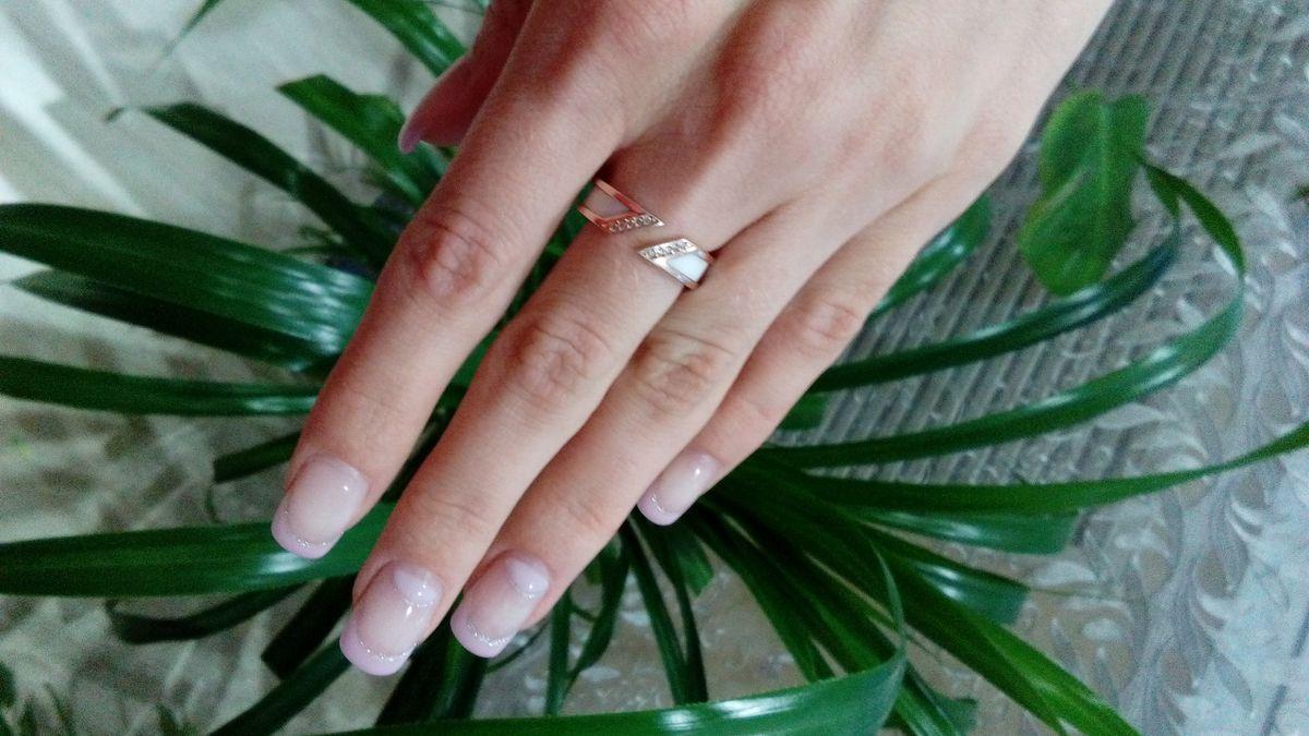 Кольцо с белой керамикой