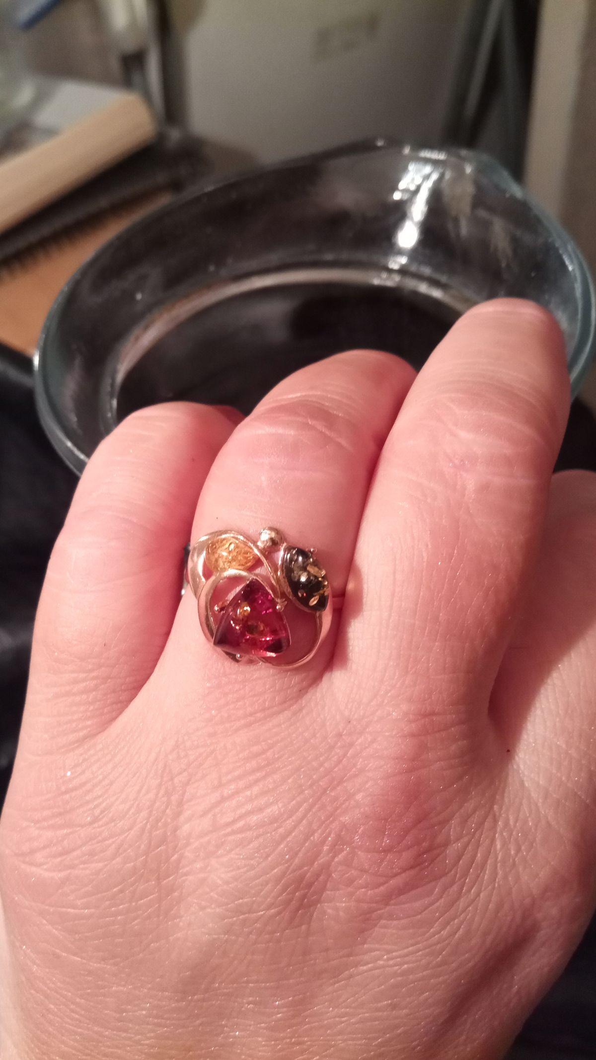 Восхитительное кольцо!!! Выглядит, как золотое.