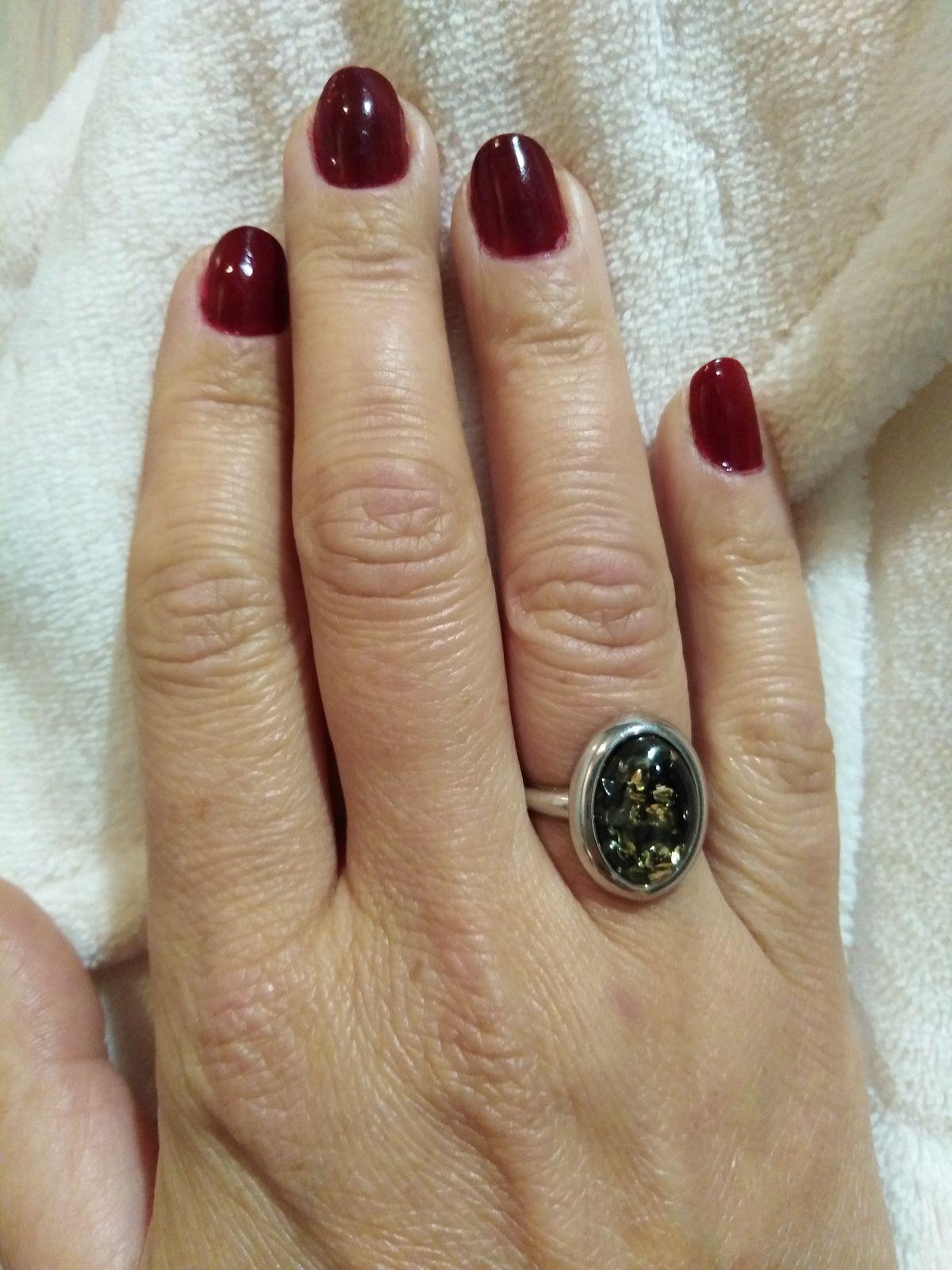 Серебряное кольцо с зелёным янтарем.