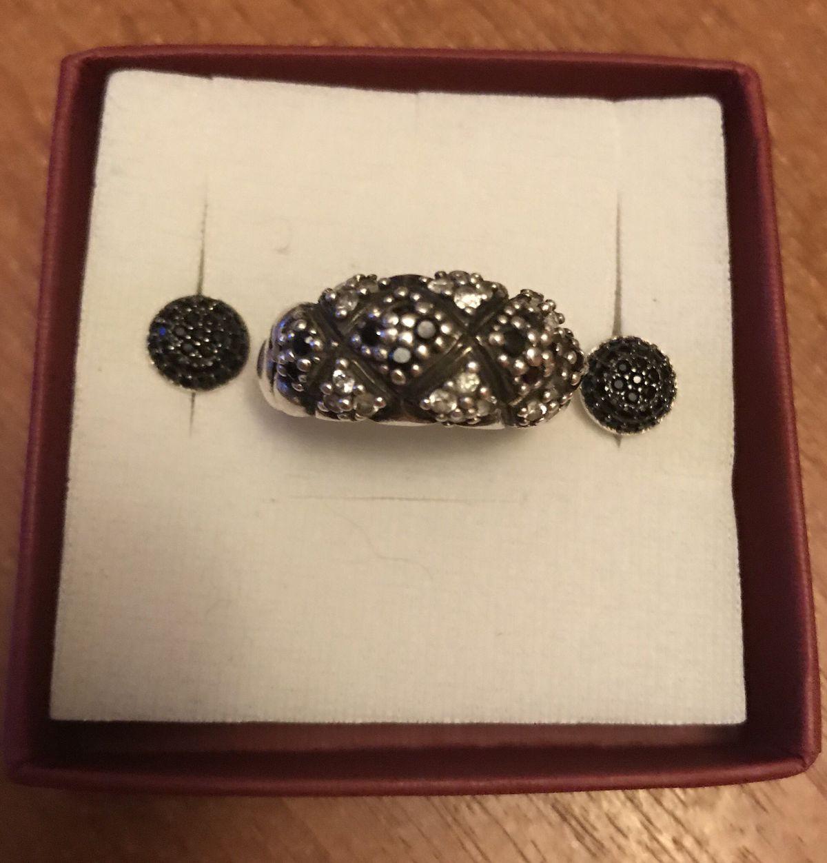 Серебряные гвоздики с черными фианитами.