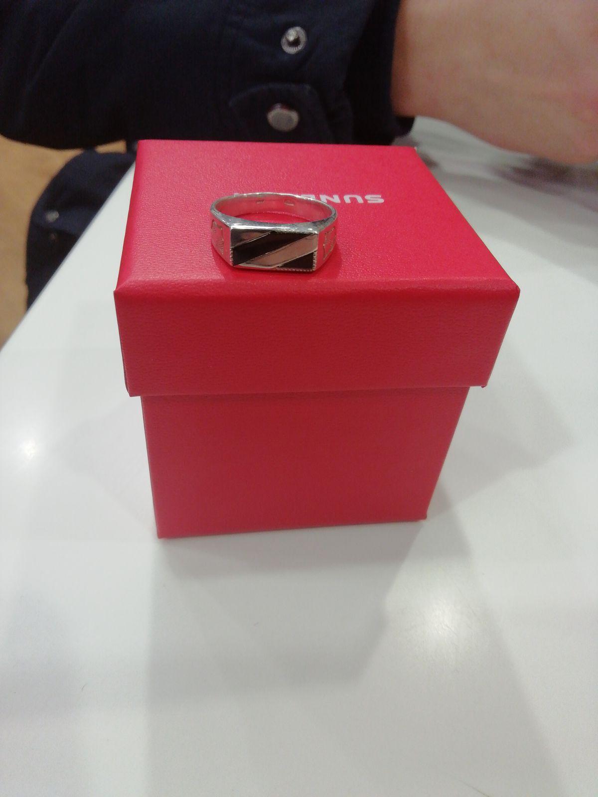Серебрянное кольцо с фианитами, размер 18,5; проба ag925 и коробка красная.