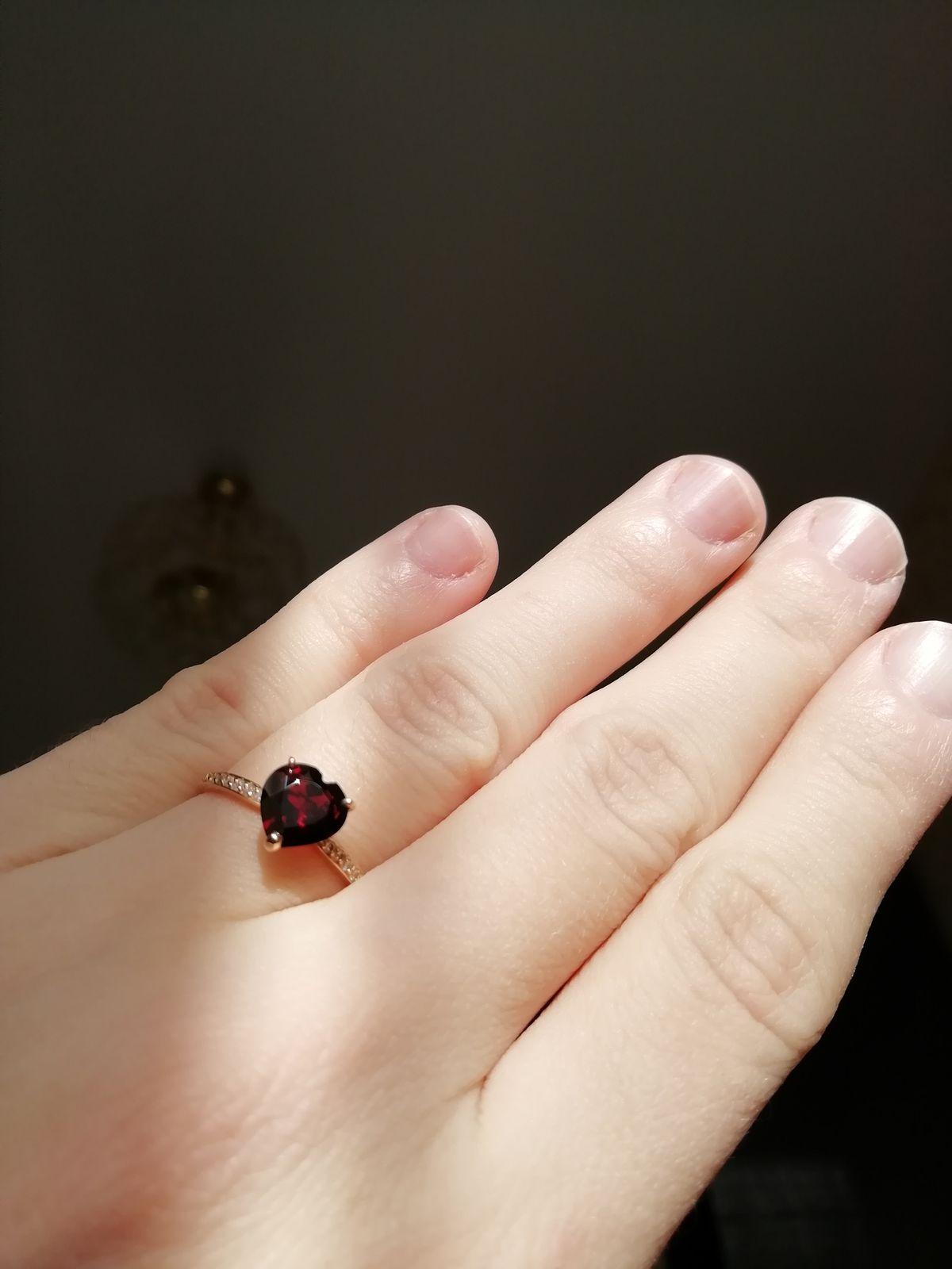 Кольцо с гранатом в форме сердца