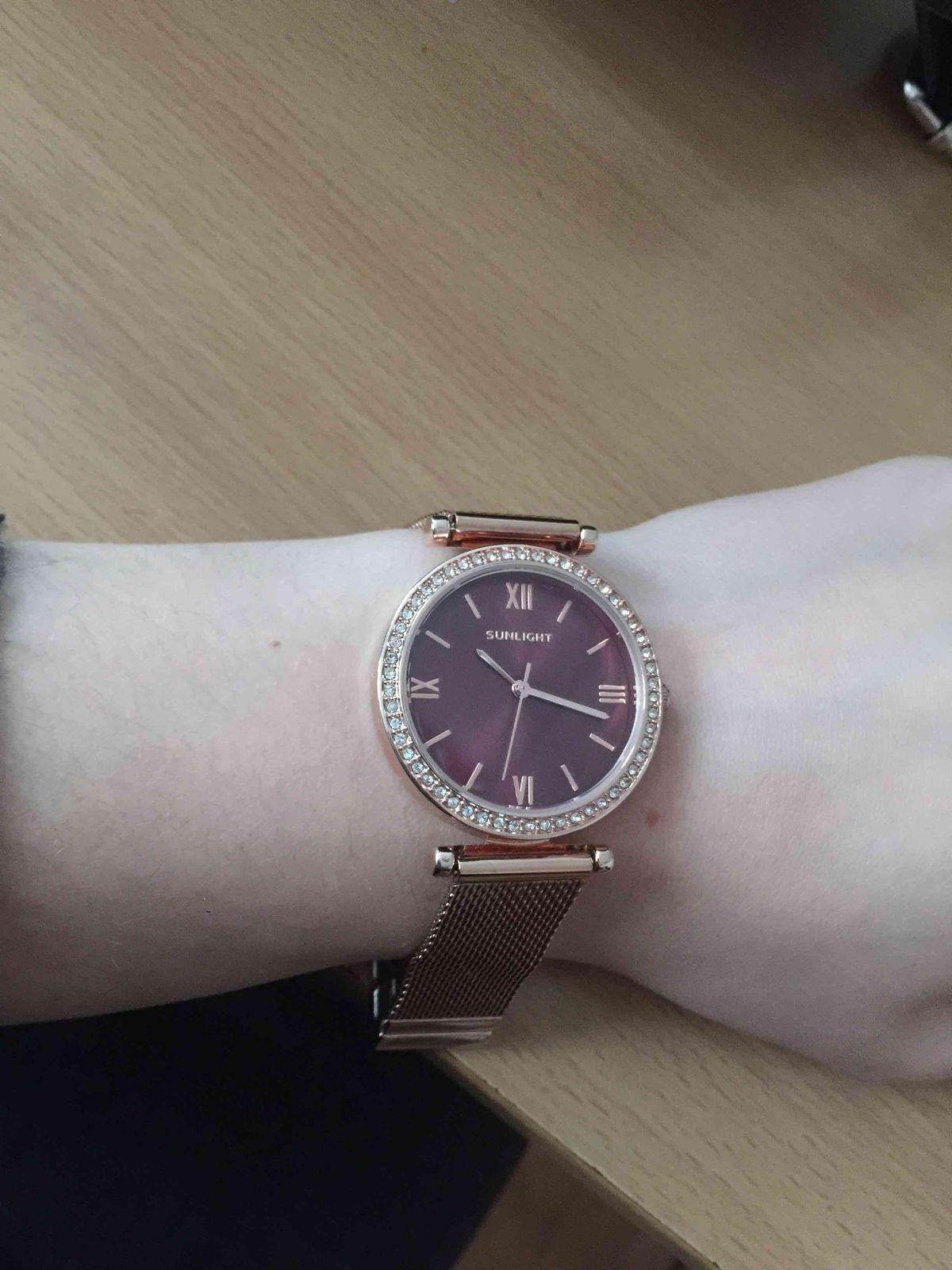 Часы золотые с бордовым циферблатом