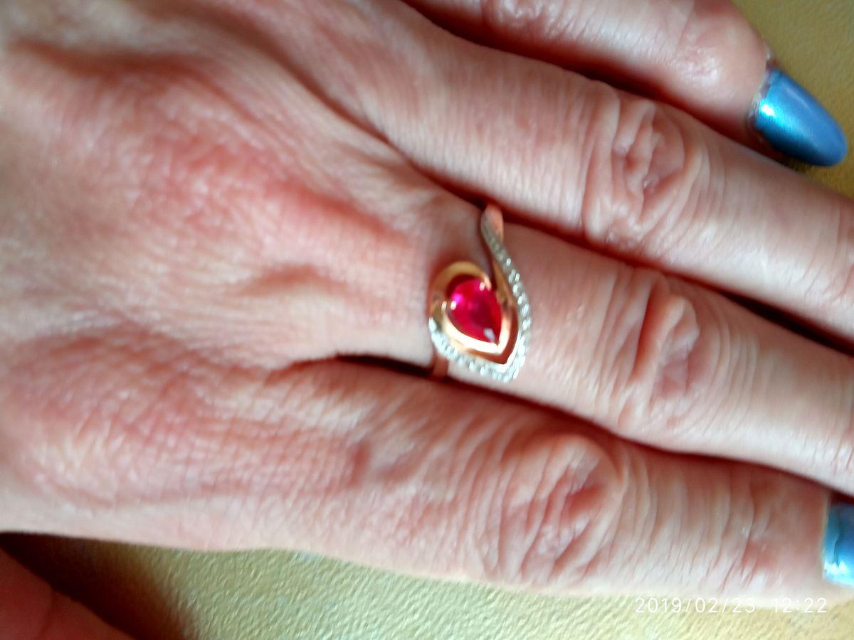 Изящное колечко с рубином в обрамлении бриллиантов.