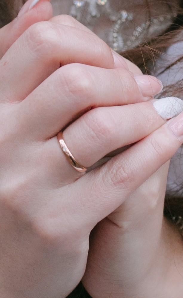 Милое обручальное кольцо на тонкие пальцы